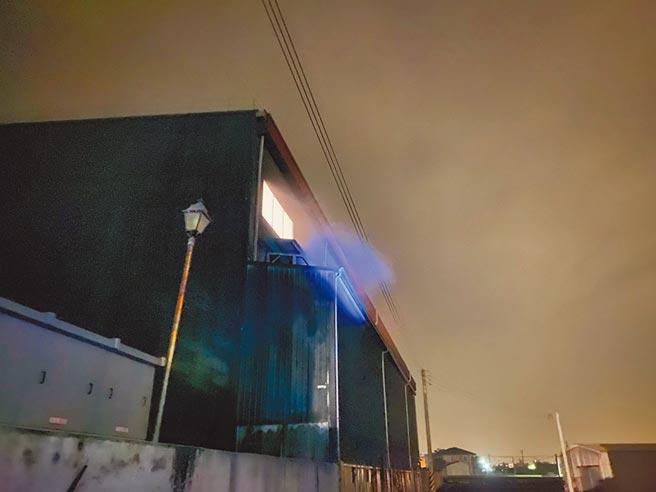 民眾投訴,苗栗縣苑裡鎮山柑里與社苓里間,有1間金屬工廠常在夜晚排放不明粉塵。(陳品安提供/巫靜婷苗栗傳真)