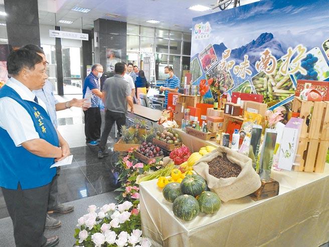 中台灣農業展售,民眾可採購新鮮、安全的農特產品。(南投縣政府提供/黃立杰南投傳真)