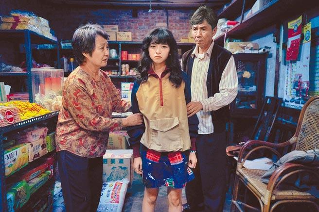 陳姸霏(中)在《無聲》中飾演聾人,左為鮑正芳、右為太保。(CATCHPLAY提供)