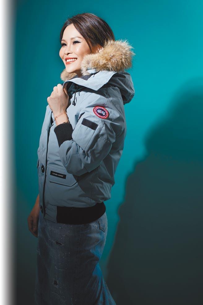 周蕙穿上Canada Goose羽絨衣,開心尖叫「好想出國旅行」,Canada Goose淡藍色羽絨衣3萬1500元。(JOJ PHOTO攝)