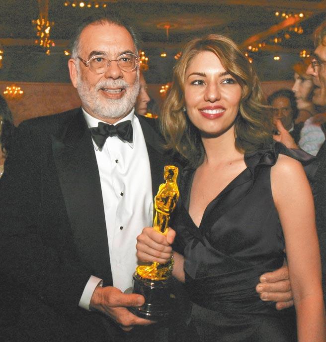 蘇菲亞柯波拉(右)2004年在父親法蘭西斯柯波拉見證下,以《愛情,不需要翻譯》贏得奧斯卡最佳原創劇本獎。(美聯社)