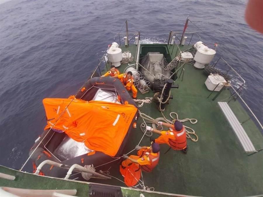 今天凌晨0時29分空偵機在附近海域發現5名人員穿救生衣漂浮,由拖船就近將落海人員救起,其中2人受傷流血需後送就醫,由拖船先載運回高雄港;高雄艦今天上午6時15分在海面發現救生筏,但裡面無船員,搜救還在進行中。(翻攝照片/劉宥廷高雄傳真)