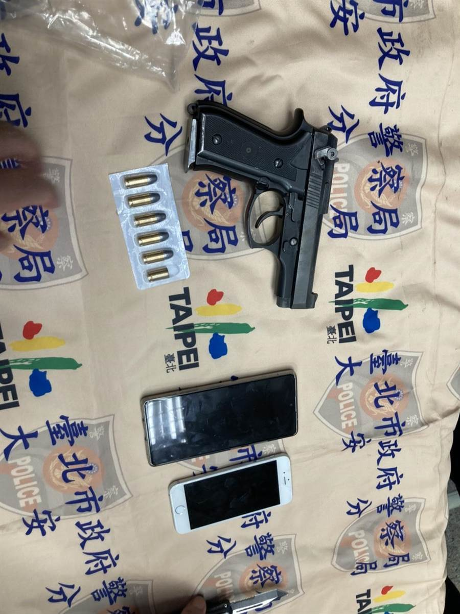 警方查扣到一把改造手槍及5顆子彈等證物。(翻攝照片/林郁平台北傳真)