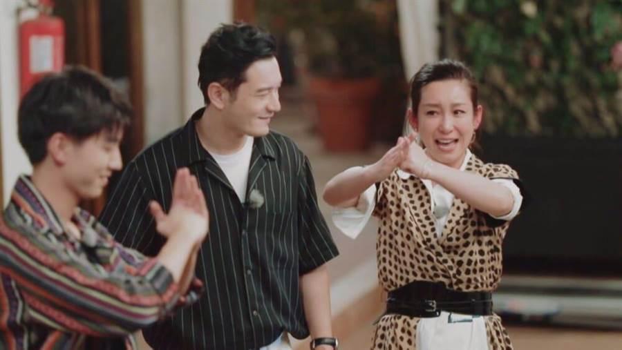 王俊凯(左起)黄晓明、秦海璐感动送别。(中天综合台提供)