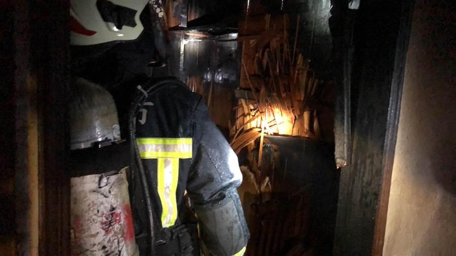 基隆東信路驚傳火燒民宅,濃煙密佈嚇壞路人。(基隆消防提供/吳康瑋基隆傳真)