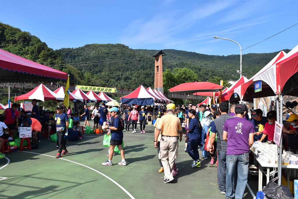 南庄山水節路跑馬拉松比賽,25日上午登場,近5千名參賽民眾將會場擠滿。(謝明俊攝)