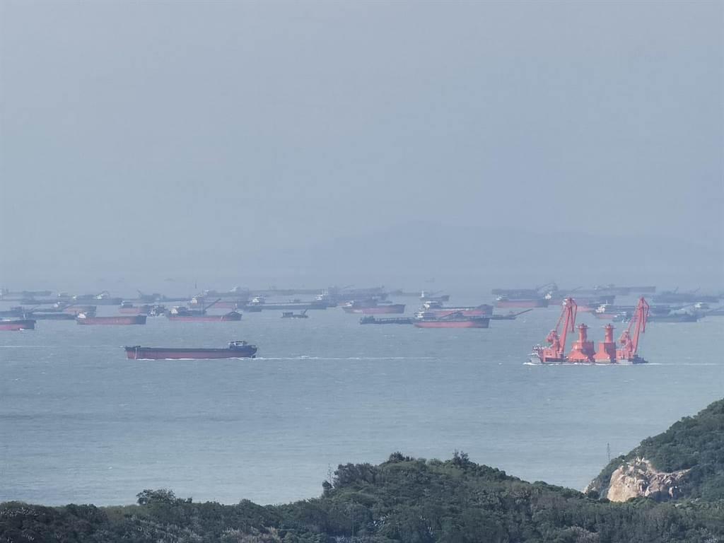 一名李姓網友在臉書上爆料,指目擊南竿海域出現大批大陸船隻,數量之多,幾乎將整座島包圍。(圖/摘自李姓民眾臉書)