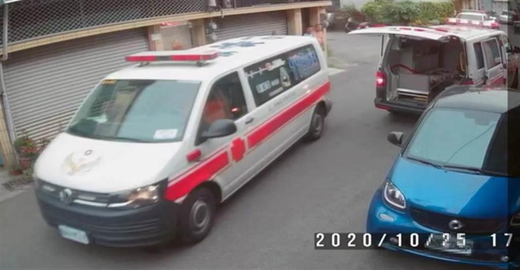 救护车前往台南市安和路将蔡妇、李女送医急救。(读者提供/洪荣志台南传真)