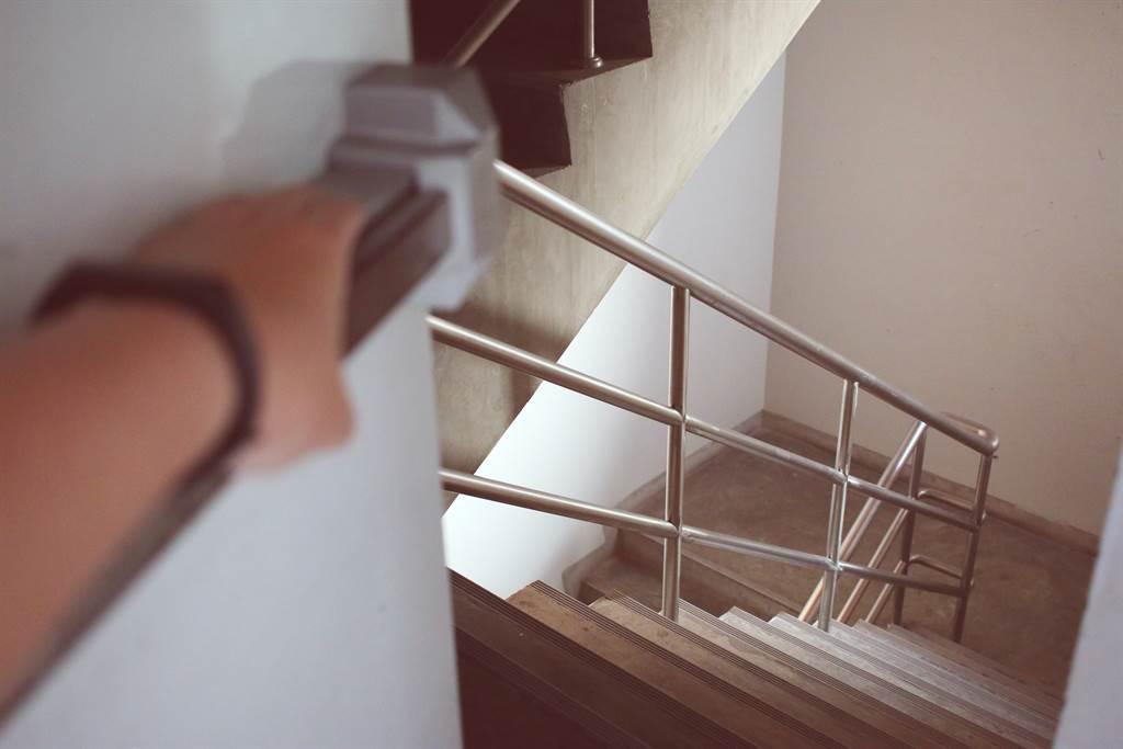 不管是住在公寓或是社區大樓,管委會都會規定防災逃生樓梯不可堆放雜物,違者不聽恐遭檢舉受罰。(圖/Shutterstock)