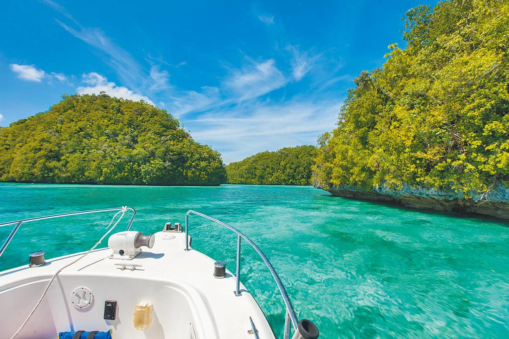 帛琉氣候穩定、沒有颱風,是年輕人玩水上活動的旅遊首選。(東南旅遊提供)