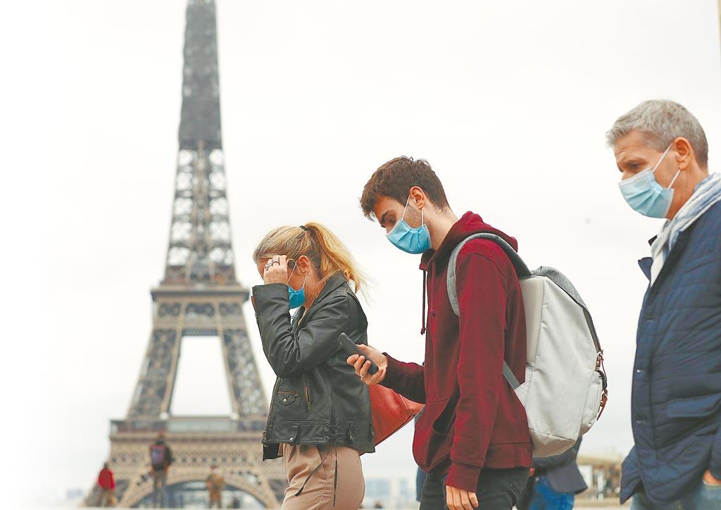 隨著天氣轉涼,歐美新冠疫情日趨嚴重。美國繼續維持確診病例世界第一,法國確診病例突破100萬例。圖為巴黎艾菲爾鐵塔附近的特羅卡德羅廣場,來往的人皆戴上口罩。(新華社)