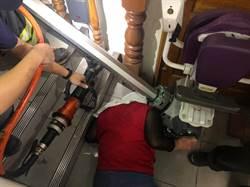 下樓梯跌倒婦人頭卡升降軌道間  額頭冒血緊急送醫