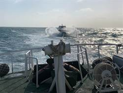 澎湖望安快艇失去動力 12人海上驚險漂流海巡馳援拖回