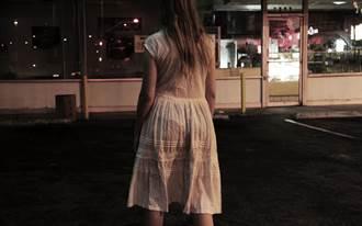 婦人穿蕾絲薄紗睡衣進超商 離開騎走別人機車!無罪理由曝