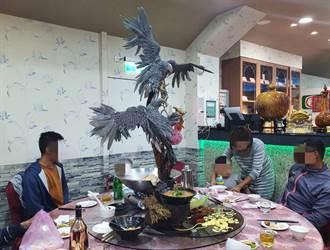 超浮誇!辦桌上驚見「巨幅雙鷹」 民眾看傻嗨炸忙搶拍