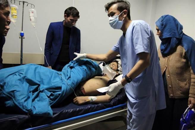 喀布爾發生自殺炸彈客襲擊,至少30人送醫治療。圖為醫師急忙救治受傷的民眾。(圖/美聯社)