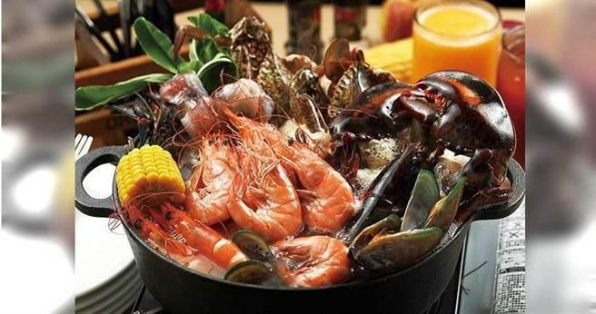 「痛風海鮮鍋」特地用蔬菜高湯為底,以凸顯食材的鮮美。(2,280元雙人雙享套餐)(圖/于魯光攝)