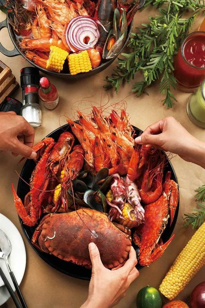 嚴選當季新鮮海產的「手抓海鮮桶」,能讓客人吃到尚青的旬之味。(2,280元雙人雙享套餐)(圖/于魯光攝)