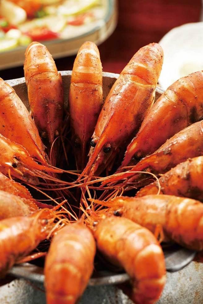 拌入中藥房特製胡椒粉的「胡椒蝦」,香味誘人卻不會嗆辣。(圖/于魯光攝)