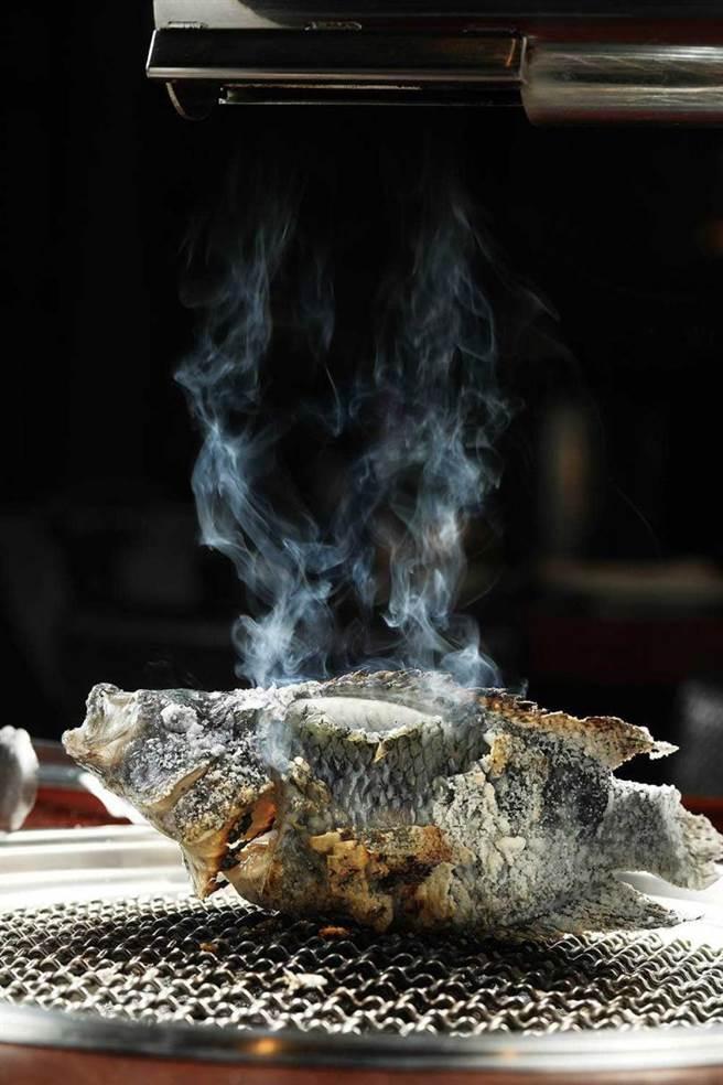用鹽焗方式烘烤的「烤珍珠石斑」,肉質細緻,還保留了甜美肉汁。(圖/于魯光攝)