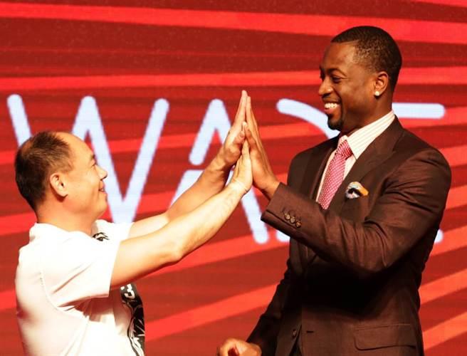 李寧公司董事長李寧(左)2012年與韋德簽約,並推出以韋德名字命名的全新運動服裝品牌。(新華社資料照)