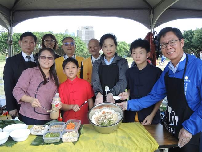為了教導參加民眾製作更多元營養的蔬食,副市長沈慧虹(右三)及環保局長江盛任(右一)一起示範健康拌飯。(邱立雅攝)