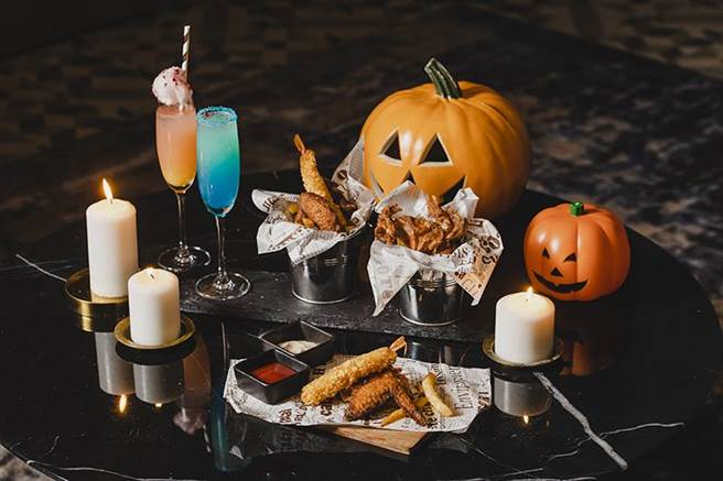 网美酒吧「Blu Bar」推双人炸物拼盘再加上2杯自选调酒,万圣限定1680元起。(COZZI Blu和逸饭店.桃园馆提供)