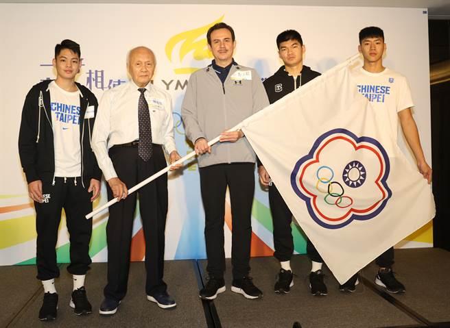 中華白助理教練鄭志龍(中),率領球員谷毛唯嘉(左一)、邱子軒(右一)、黃建智(右二)接受籃壇大前輩陳祖烈(左二)的鼓勵。(奧運人協會提供)
