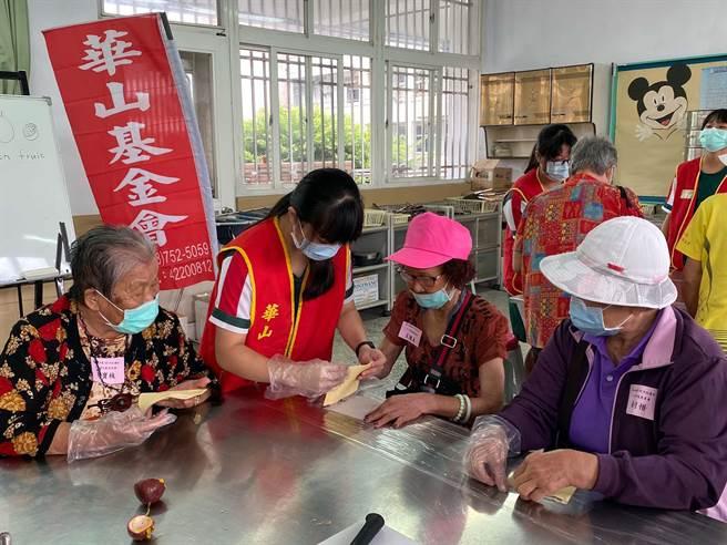 重陽節華山基金會屏東林邊站在林邊國中舉辦「祖孫同堂,輕鬆做甜點學英文」活動,帶長者們學習做甜點。(潘建志攝)