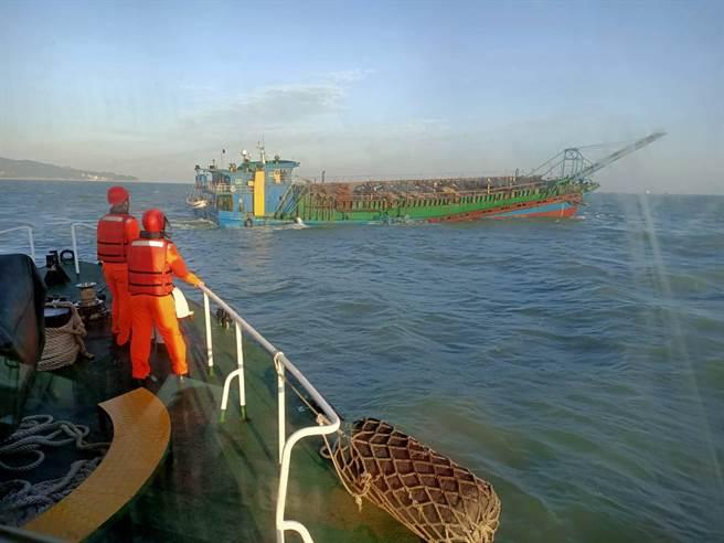 海巡隊出動前往驅離大陸抽砂船。(圖 艦隊分署提供)