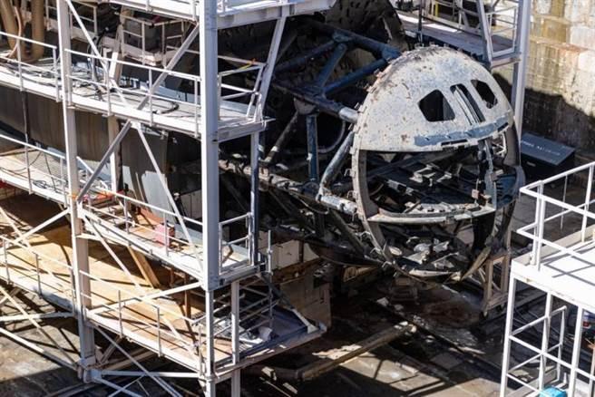 遭大火損毀的珍珠號核潛艦,艦首幾乎被燒熔。(圖/法國海軍)