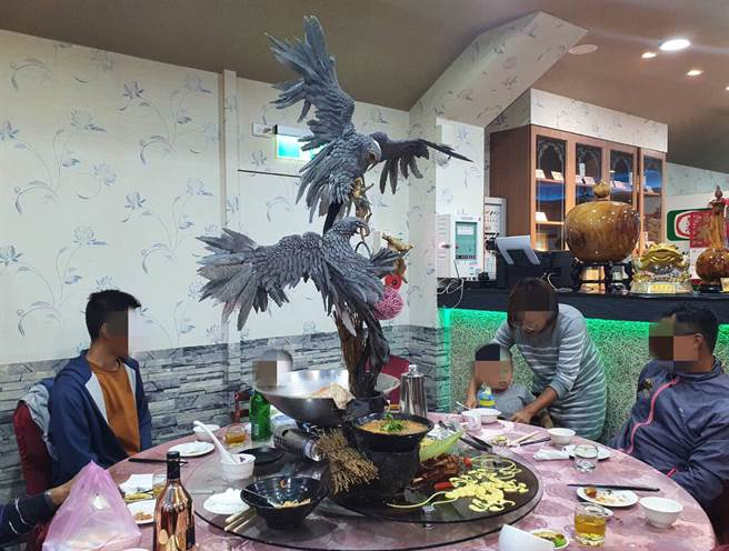 餐桌上驚見兩隻巨大老鷹造型擺盤,民眾看傻眼嗨炸。(照片/網友提供)