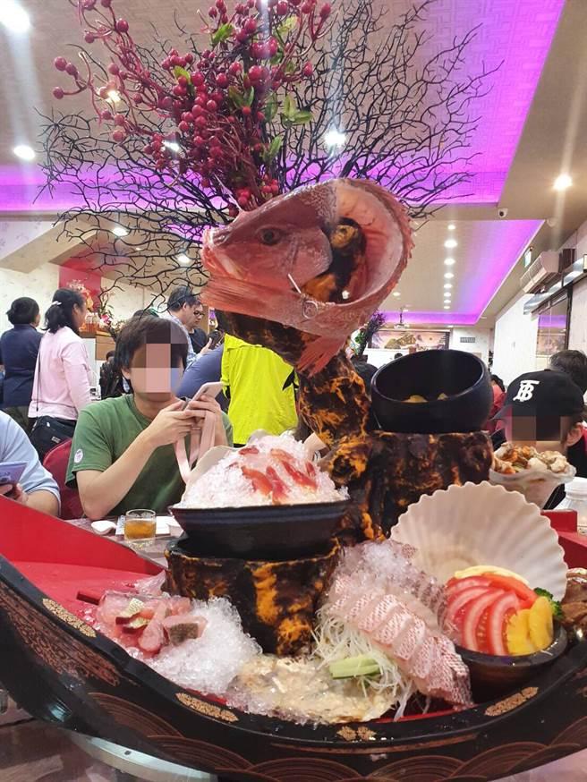 生魚片海鮮超誇張、澎派擺盤 。(照片/網友提供)