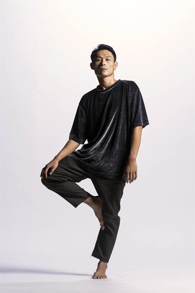 舞者陈逸恩曾为云门2舞者,离开宜兰故乡来到台北跳舞的他,近年思考是否将回归家乡,贡献所学。(骉舞剧场提供)