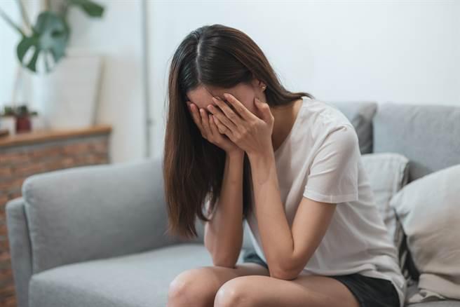 大陸女子遭男網友詐騙百萬,沒想到向網路上假冒的警察報案,又再被騙3萬。(示意圖/達志影像/Shutterstock提供)
