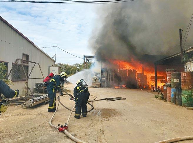 金門瓊林1棟鐵皮屋24日發生大火,造成1名工人逃生不及罹難。(金湖鎮代陳向鑫提供/李金生金門傳真)