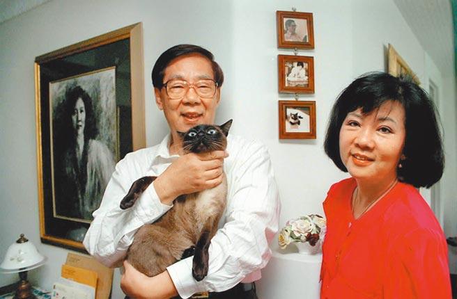 作家柏杨生前与夫人张香华及爱猫合影。(本报资料照片)