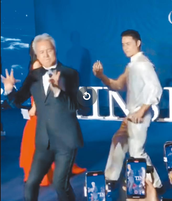林瑞陽(左)在發布會活動上又唱又跳,右為明道。(摘自微博)