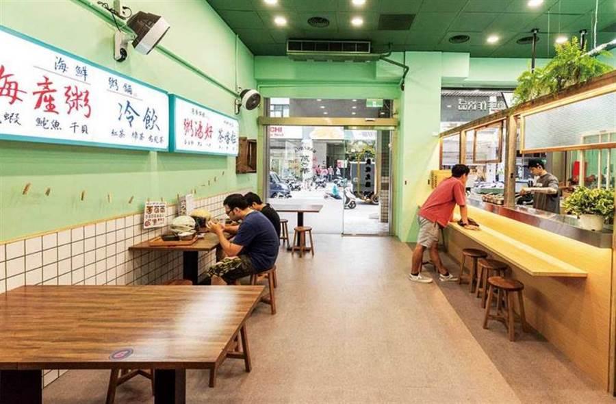 「萬華海鮮粥舖中和景安店」用舊時招牌、家飾、烹調器具等,營造古早氛圍。(圖/張祐銘攝)