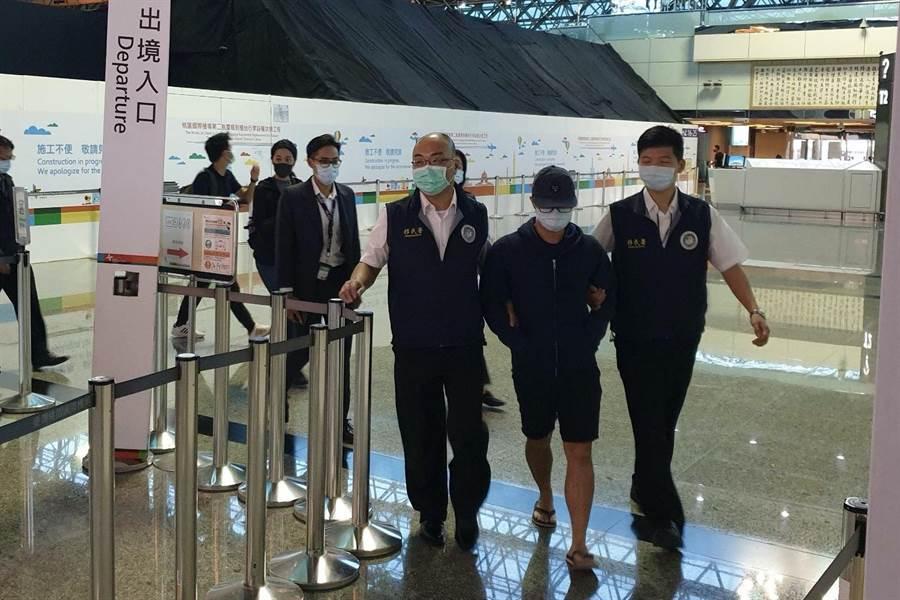 移民署人員陪同港籍男子李彬豪到機場,早上6點45分完成手續,予以驅除出境。(民眾提供/李文正台北傳真)