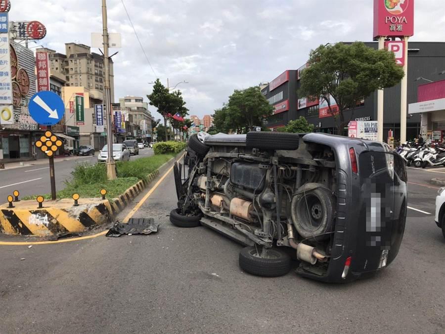 中壢昨日發生一起車輛翻覆事故。(翻攝照片/黃婉婷桃園傳真)