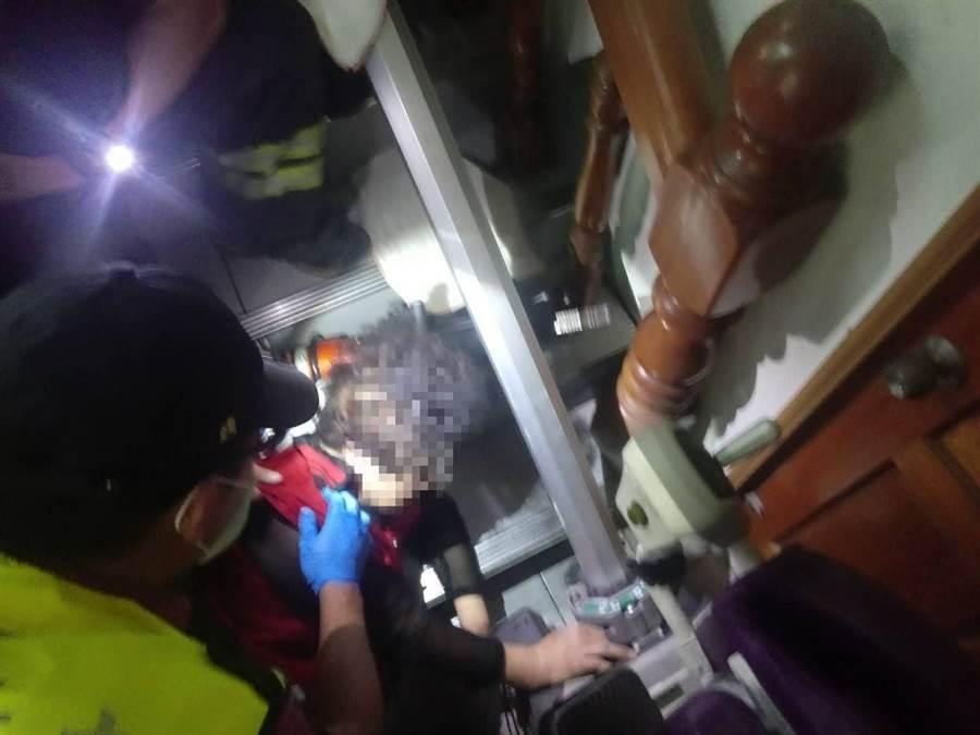 苗栗市1名婦人下樓梯時不慎跌倒,頭卡在升降椅軌道及樓梯間,消防人員救援。(苗栗縣消防局提供/巫靜婷苗栗傳真)
