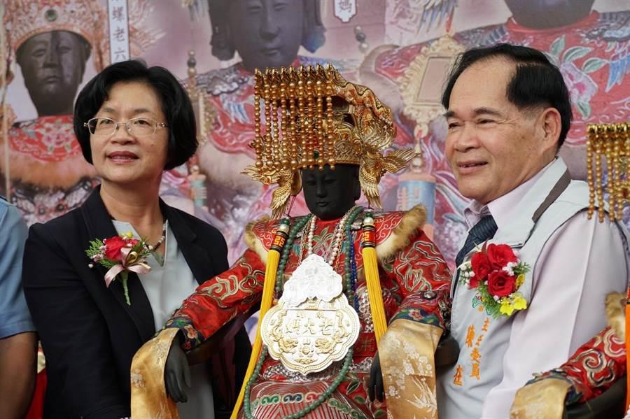 彰化縣長王惠美(左)、奠安宮主委陳在(右)二人合力恭請老大媽回正殿。(謝瑞隆提供/謝瓊雲彰化傳真)