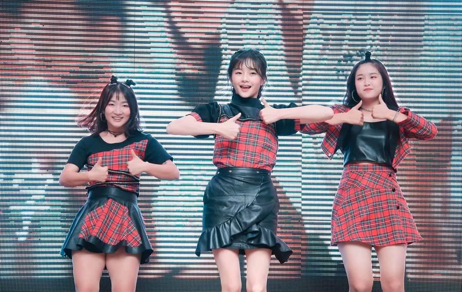 邵奕玫(中)和高中同学舞蹈表演。(罗永铭摄)