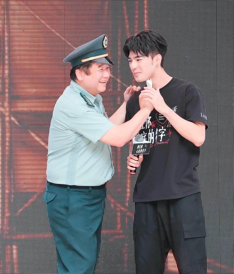 监製瞿友宁帮陈昊森擦汗。(罗永铭摄)