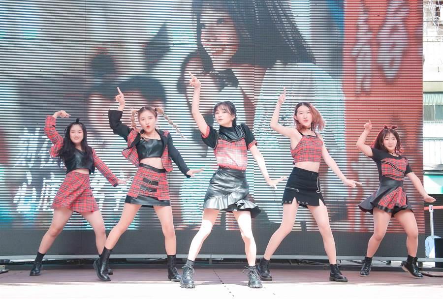 邵奕玫(米米)与高中同学所组的舞团「CapSoul」带来韩风舞蹈组曲。(罗永铭摄)