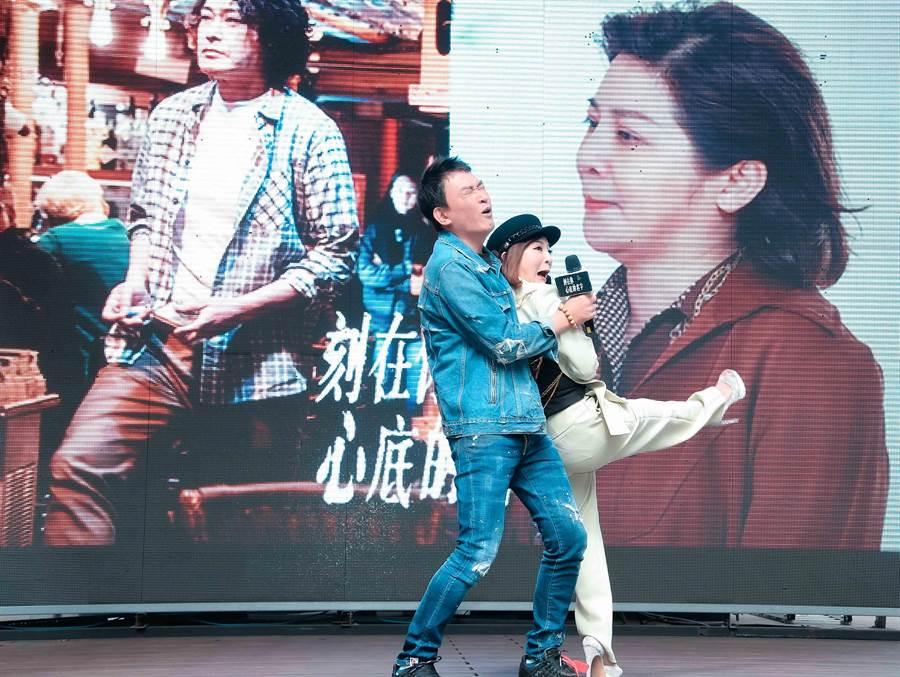 王识贤与王彩桦演唱〈雪中红〉。(罗永铭摄)