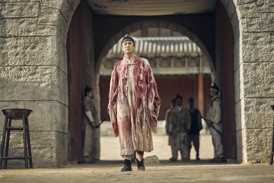 朱智勛在《尸战朝鲜》饰演抗尸王世子李苍 。(Netflix提供)
