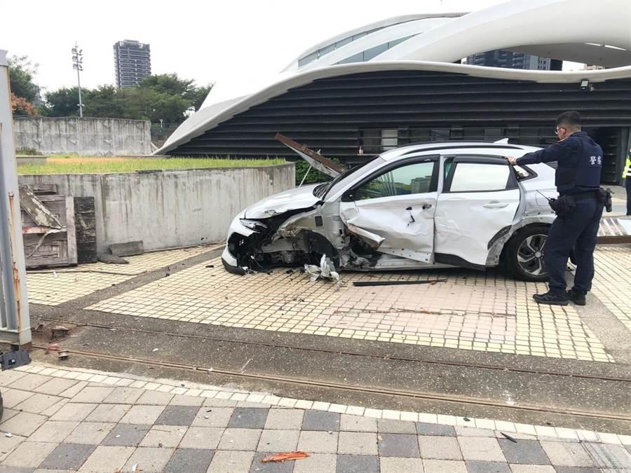 台中市南屯區文心路與向上路,文心森林公園入口處的鐵門,遭一輛汽車撞擊,發出巨大聲響。(民眾提供/盧金足台中傳真)