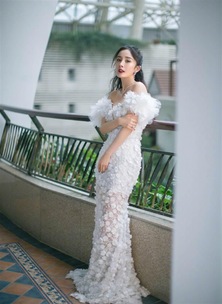 杨幂以一袭白色长裙气质亮相。(图/取材自嘉行杨幂工作室微博)